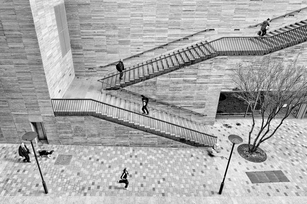 5 Hommes dans l'escaliers