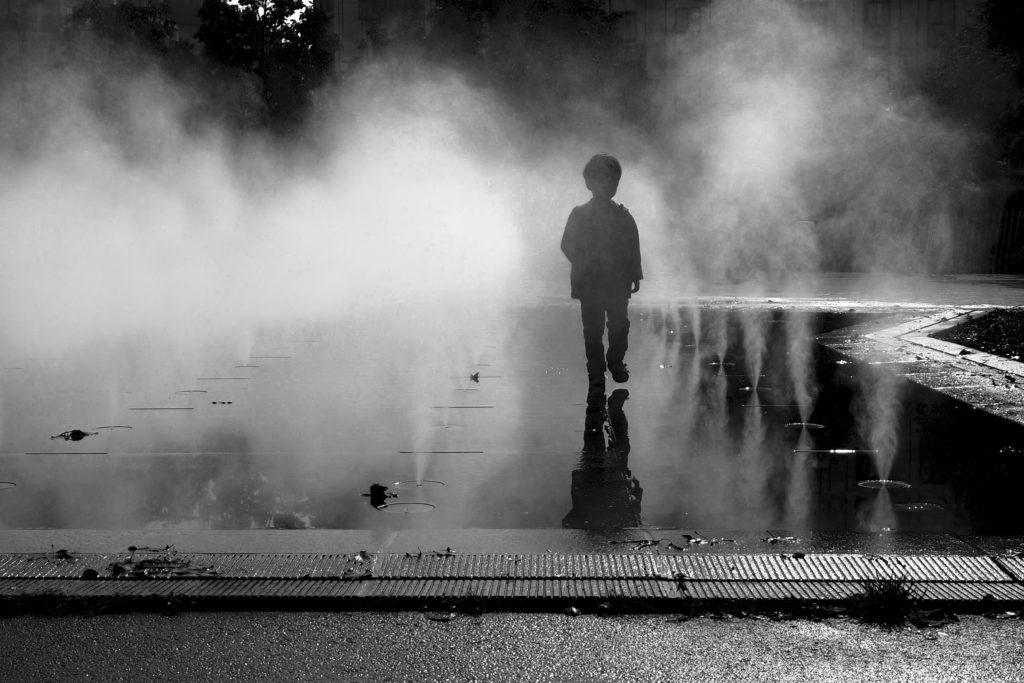 3ème Prix du Jury n&b : « Enfant et brume d'eau » Joëlle LECOARER (La Norville)